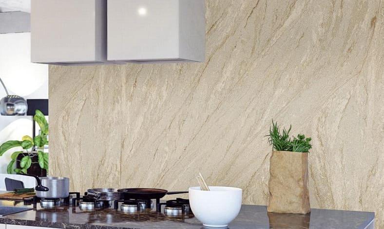 Sandsteintapete als Wandverkleidung in der Küche
